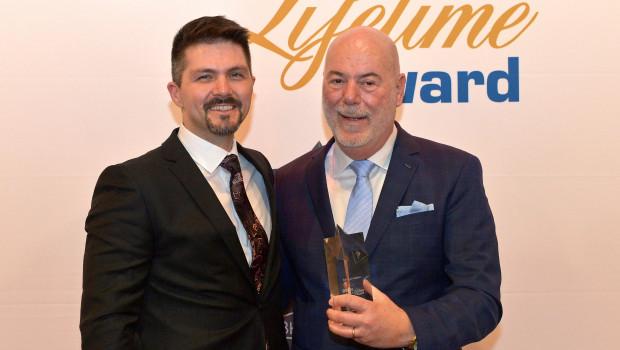 Jens Wollmann (l.) trat Anfang Januar 2020 bei der Dachser DIY-Logistics die Nachfolge von Ralf Meistes (r.) an.