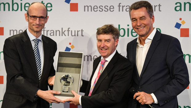 Während einer feierlichen Zeremonie überreichte Tony Sims OBE (Mitte), Botschaftsrat und Direktor des Department for International Trade Germany, zusammen mit Detlef Braun von der Messe Frankfurt (r.) den Partnerland-Globus an Antonius Lansink, Generalkonsul des Königreichs der Niederlande.