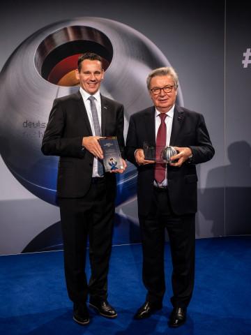 Glückliche Gesichter: Prof. Klaus Fischer, Inhaber der Unternehmensgruppe Fischer, und Marc-Sven Mengis, Vorsitzender der Geschäftsführung, nach dem Gewinn des Deutschen Nachhaltigkeitspreises.