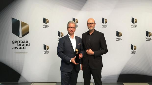 """""""Mit unserer Markenstrategie liegen wir genau richtig"""": Frank Miedaner (l.), Geschäftsführer Weber-Stephen Deutschland, hat den German Brand Award 2016 entgegengenommen."""