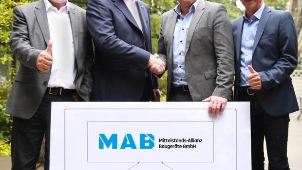 Partnerschaft vereinbart: (v. l.) Hans-Jürgen Adorf (Beiratsvorsitzender) und Dr. Andreas Trautwein (Vorsitzender der Geschäftsführung, beide EDE) sowie Steffen Eberle (Geschäftsführer) und Manfred Mischinger (Berater und Projektleiter, beide Einkauf EVB BauPunkt).