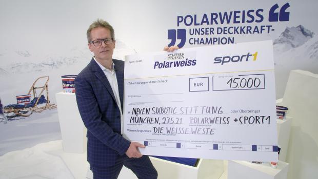 Christian Beeck, Brandmanager Schöner Wohnen-Farbe, überreicht den Spendencheck virtuell an Neven Subotic.