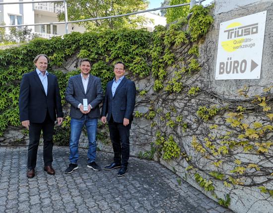 Große Freude auch bei Triuso (v. l.): Vertriebsleiter Richard Handl mit der Geschäftsleitung Josef und Philipp Rinberger.