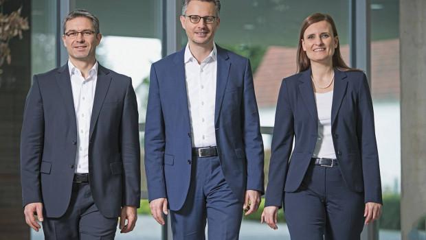 In Zukunft besteht die Geschäftsleitung der Hettich-Holding nur noch aus Sascha Groß (links) und Jana Schönfeld (rechts), nachdem Andreas Hettich (Mitte) zum 1. Januar in den Beirat wechselte. [Bild: Hettich]