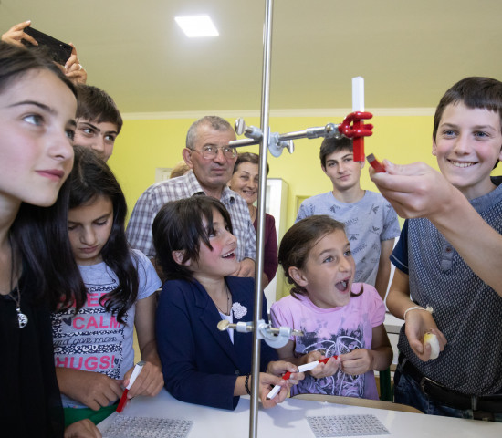 Moderner Physikunterricht: Die Schüler der Nikortsminda Schule freuen sich über ihre neuen Schulmaterialen.