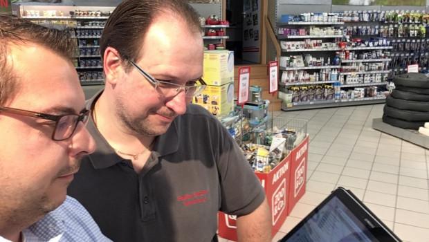 Außendienstmitarbeiter Michael Koch und ZOO & Co.-Partner Stefan Büttner suchen im Heimtierfachmarkt nicht etwa Pokémons, sondern kontrollieren, ob die Fassade Beschädigungen aufweist.