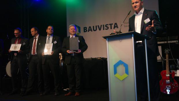 Einhell-Vorstand Andreas Kroiss freut sich am Pult über den ersten Bauvista (Baustoffring EMV-Profi) -Lieferantenpreis.