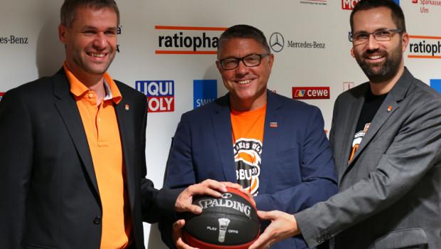 Peter Baumann (Marketingleiter Liqui Moly, Mitte), Dr. Thomas Stoll (l.) und Andreas Oettel (r., beide Geschäftsführer von Basketball Ulm 01).