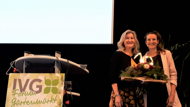Martina Mensing-Meckelburg (l.) gratulierte Anna Hackstein zum Jubiläum des IVG-Froums Gartenmarkt.