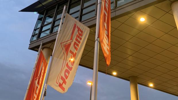 Fahnen wehen vor der Zentrale der Holzland GmbH in Dortmund.