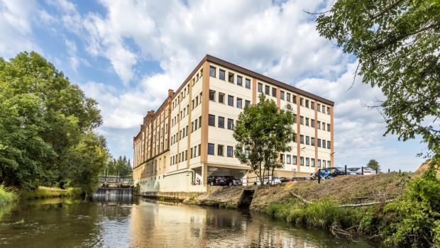 Die Neudorff-Zentrale in Emmerthal in in einer ehemaligen Mühle untergebracht. Eine Turbine erzeugt jährlich bis zu 1.000.000 kWh aus Wasserkraft - mehr als viermal so viel, wie das Unternehmen dort selbst verbraucht.