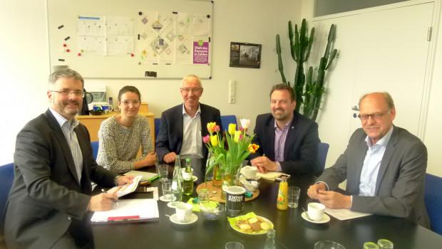 Die Geschäftsführer der im grünen Markt aktiven Branchenverbände BHB, IVG, VDG und ZVG tauschen sich regelmäßig aus. Beim jüngsten Treffen in Köln waren Dr. Peter Wüst (BHB), Anna Hackstein (IVG), Peter Botz (VDG), Bertram Fleischer (ZVG) und Alwin Reintjes (IVG).