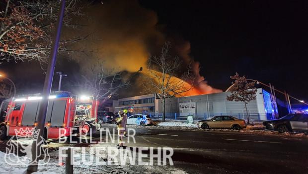 Dieses Foto vom Großbrand veröffentlichte die Berliner Feuerwehr auf Twitter.