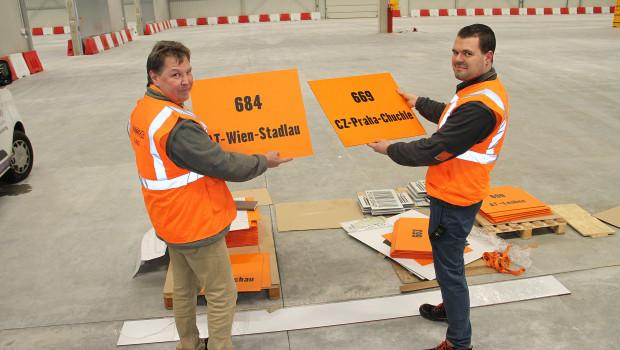 Karl-Heinz Spandl (l.), Leiter des Logistikzentrums, und Martin Rauprich, Leiter des Versandzentrums, im neuen Vilshofener Logistikzentrum.