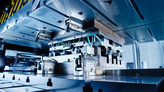 Die neue Servopresse steigert bei GAH-Alberts die Effizienz der Produktion von Großserienteilen.
