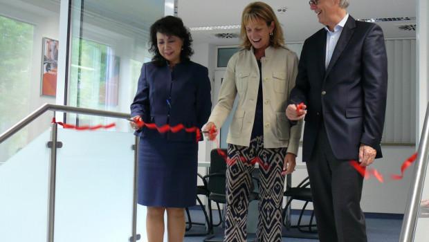 """Vize-Präsidentin Debra Rectenwald (Mitte) und Betty Mei, Technische Direktorin der """"3M Abrasive Systems Division"""", eröffneten zusammen mit Felix Thun, Globaler Business-Direktor für den Bereich Schleifsysteme, das neue Testcenter in Meerbusch."""