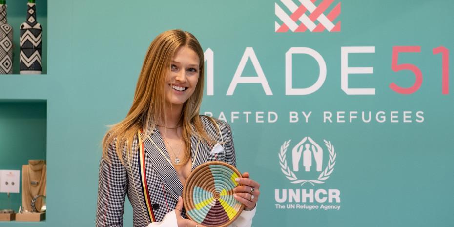 Toni Garrn zeigte sich beeindruckt vom Projekt Made 51 MADE 51. Die Initiative des UNHCR präsentierte  Wohndekor und Modeartikel – alles handgearbeitet von geflüchteten Kunsthandwerkern