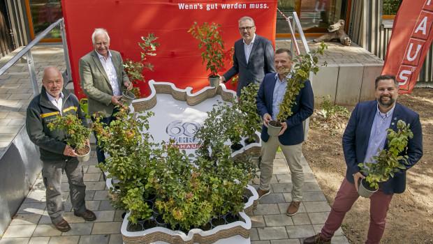 Die Verantwortlichen für die Pflanzaktion von Bauhaus zum Firmenjubiläum stellten am Sonntag, 6. September 2020, in Mannheim vor einem Pflanzkasten in Deutschland-Form ihre Aktion vor.