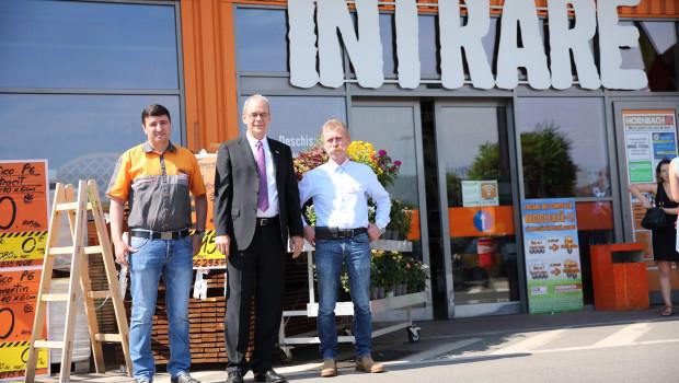 """""""Wir sind sehr zufrieden mit der Entwicklung des rumänischen Marktes"""": Albrecht Hornbach (M.) zusammen mit Landesgeschäftsführer Mugurel-Horia Rusu (r.) und einem Mitarbeiter."""