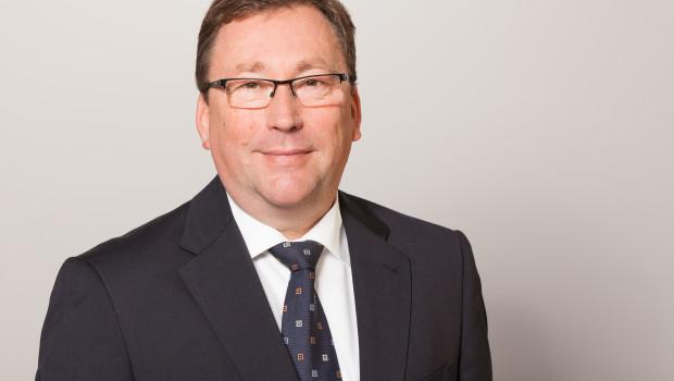 Stiga-Geschäftsführer Matthias Schrewe freut sich über den Preis von Test-Bild.
