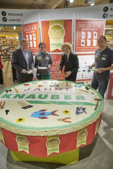 Tortenanschnitt im Bonner Knauber-Freizeitmarkt.