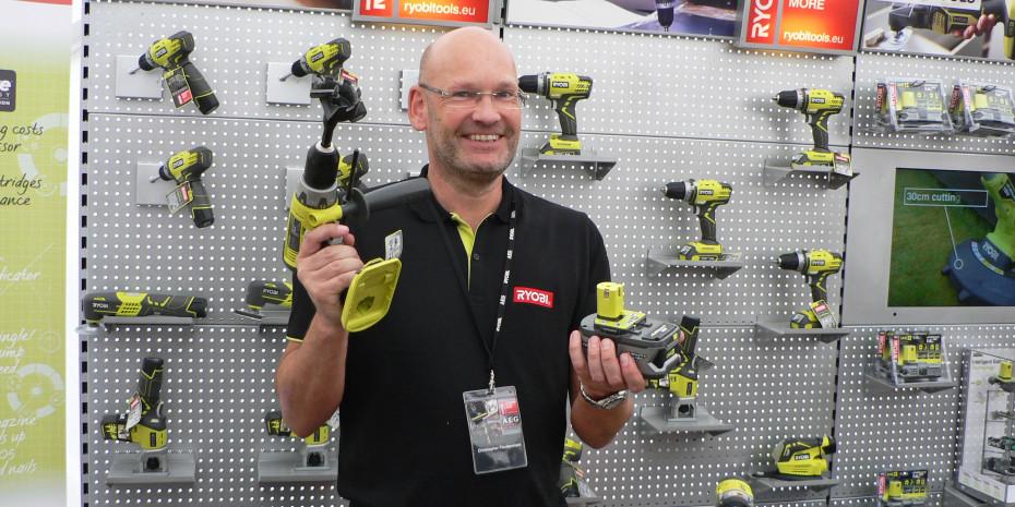 Anwendungstechniker Christopher Fleckenstein präsentierte in Bensberg den Besuchern die neuen Akkus.
