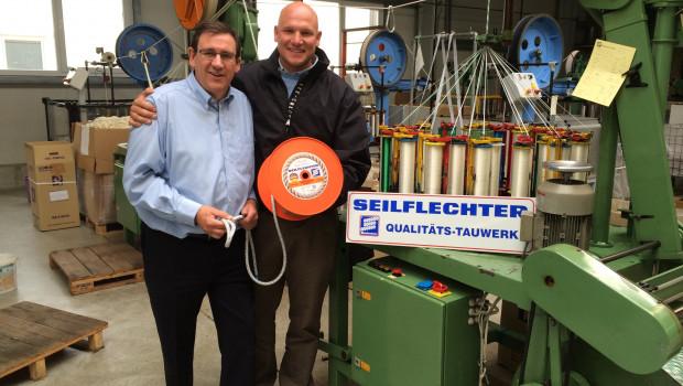 Während einer Stippvisite bei dem Braunschweiger Traditionsunternehmen besiegelten Andreas Halle (links), Geschäftsführer von Seilflechter, und Frithjof Kleen ihre weitere Zusammenarbeit.