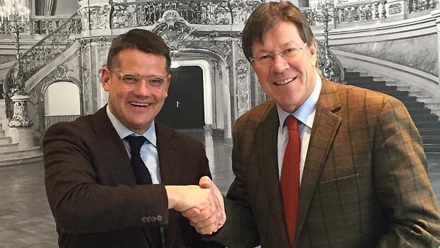 Klare Zusagen, erfreute Gesichter. Minister Boris Rhein (l.) und Ullrich Eitel, Vorstandsvorsitzender des Verein Deutsches Tapetenmuseum, haben im Ministerium in Wiesbaden über das Bauprojekt gesprochen.