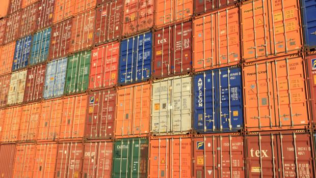 Zahlreiche Containerschiffe verharren in oder vor den Häfen.