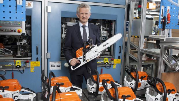 Mann mit Säge: Stihl-Vorstandsvorsitzender Dr. Bertram Kandziora präsentiert die Benzin-Motorsäge MS 261 C-M, die im Rahmen einer umfassenden Modellpflege optimiert wurde. Die Profisäge wird in Waiblingen produziert.