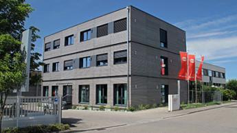 Graf weiht Bürogebäude in Holz-Modulbauweise ein