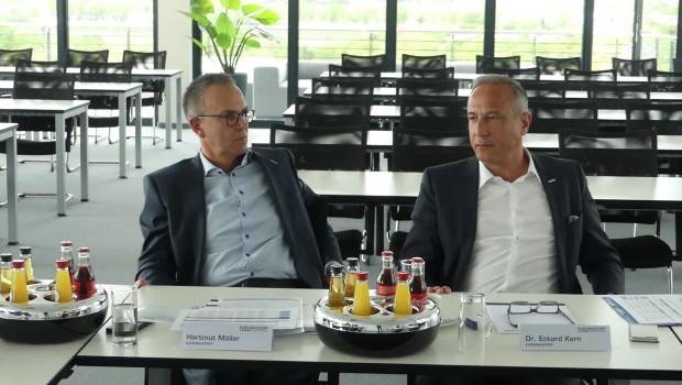 Sehr zufrieden mit dem ersten Quartal 2019: Dr. Eckard Kern, Vorsitzender der Geschäftsführung der Eurobaustoff (r.) und Geschäftsführer Hartmut Möller, bei der Vorstellung der Zahlen auf einer Pressekonferenz in Bad Nauheim.