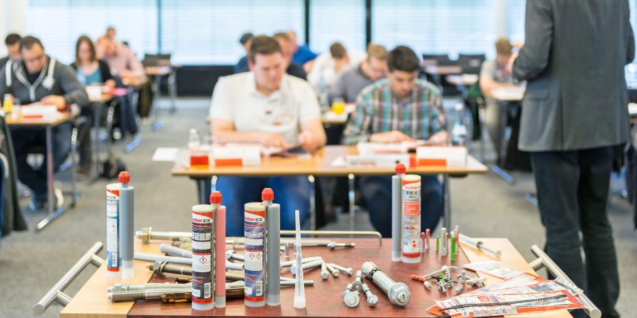 Den Theorieteil erlernen die Teilnehmer im Schulungszentrum der Fischer Akademie in Tumlingen oder nach Wunsch auch vor Ort im Unternehmen.