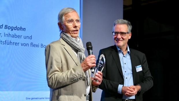 Manfred Bogdahn nahm den Award aus den Händen von pet-Chefredakteur Ralf Majer-Abele entgegen.