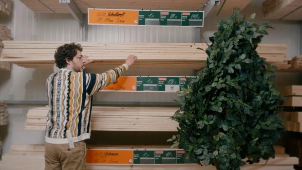 Die Videos zeigen eine Kaufsituation, in denen Woody resolut auf den Kauf der zertifizierten Ware hinweist.