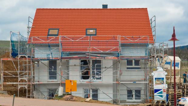 Die Zahl der fertiggestellten Einfamilienhäuser wächst deutlich langsamer als der Wohnbau insgesamt.