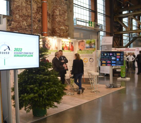 Auf der Hausmesse zeigt Toom aktuelle Projekte aus der Zentrale wie hier beispielsweise eine Präsentation zu den Nachhaltigkeitsaktivitäten des Baumarktbetreibers.