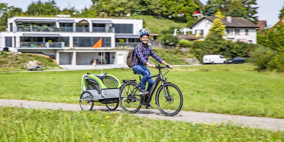Nicht nur E-Bikes verkaufen sich gut, auch Fahrradzubehör wie Anhänger liegt hoch im Kurs.