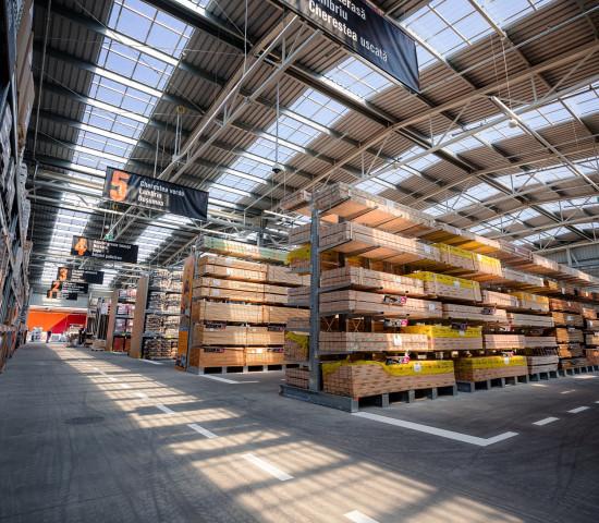Baustoffe und Holz sind wichtige Sortimentsbereiche.