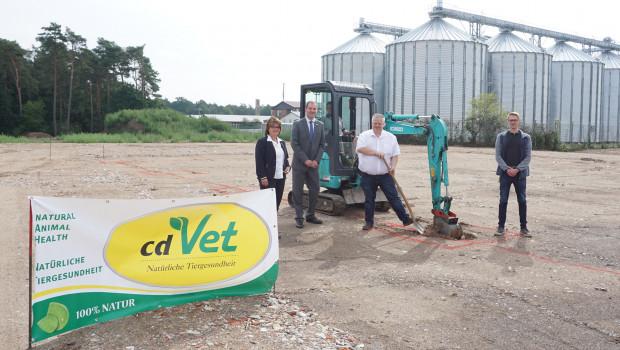 Bei der Eröffnung der Baustelle gratulierten (von links) Bürgermeisterin Manuela Nestroy und Samtgemeindebürgermeister Benno Trütken dem Geschäftsführer Clemens Dingmann.