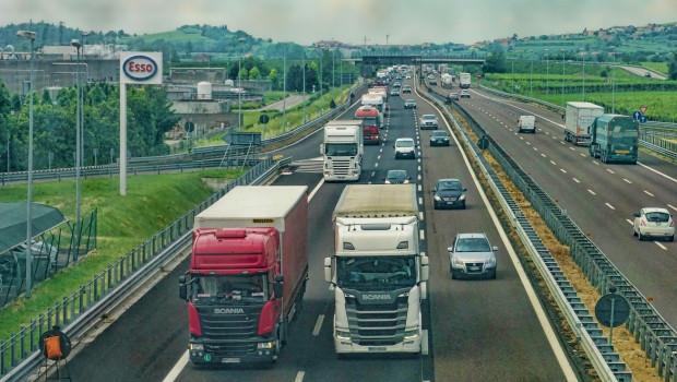 Ein erhöhtes Frachtangebot trifft auf wenige verfügbare Lkw.