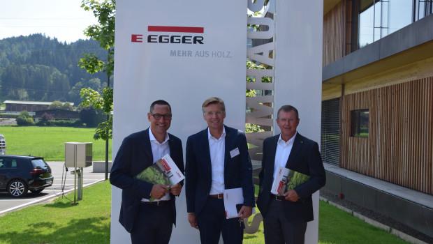Sehr zufrieden mit der Geschäftsentwicklung bei Egger, v. l.: Dr. Thomas Leissing (Finanzen/Verwaltung/Logistik, Sprecher der Gruppenleitung), Ulrich Bühler (Marketing/Vertrieb) und Walter Schiegl (Produktion/Technik).