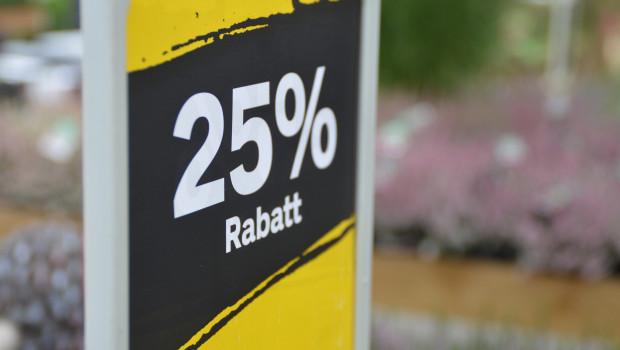 Verbraucher wollen beim Einkaufen sparen - und vergleichen dazu die Preise beim Besuch im Markt.
