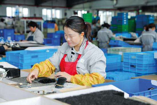 Anderer Ort, gleiche Prozesse: Die Arbeitsschritte bei der Pinselproduktion in der Storch-Ciret Group laufen in China und in Tschechien gleich ab.