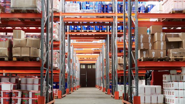 Darf Amazon Waren zerstören, die zu lang in den Lagern des Unternehmens liegen? Diese Frage wird aktuell viel diskutiert.