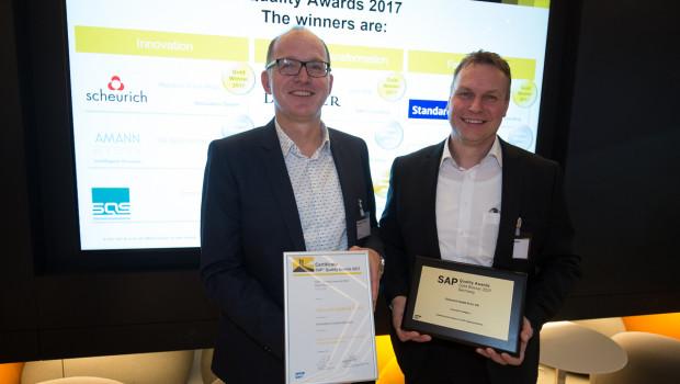 Die Gewinnerplakette und die Urkunde nahmen Scheurich-Geschäftsführer Reinhard Birven (l.) und Jörg Chemii, Leiter IT & Organisation, entgegen.