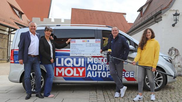 Liqui-Moly-Geschäftsführer Ernst Prost und seine Partnerin Kerstin Thieleübergaben den Scheck an RTL-Moderator Wolfram Kons (von links).