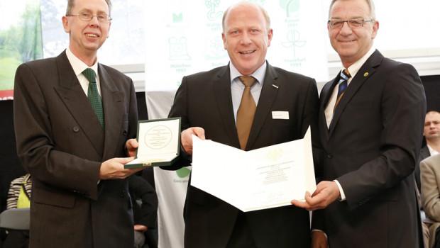 Der Aufsichtsratsvorsitzende Landgard Blumen & Pflanzen Manfred Rieke (M.) nahm Medaille und Urkunde aus den Händen von Ministerialrat Dr. Ingo Braune vom Bundesministerium (l.) und Jürgen Mertz, Präsident des Zentralverbandes Gartenbau (ZVG), entgegen.