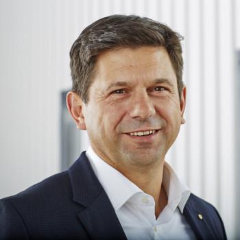 Bernd Hilscher fängt bei zwei Caramba-Töchtern an.