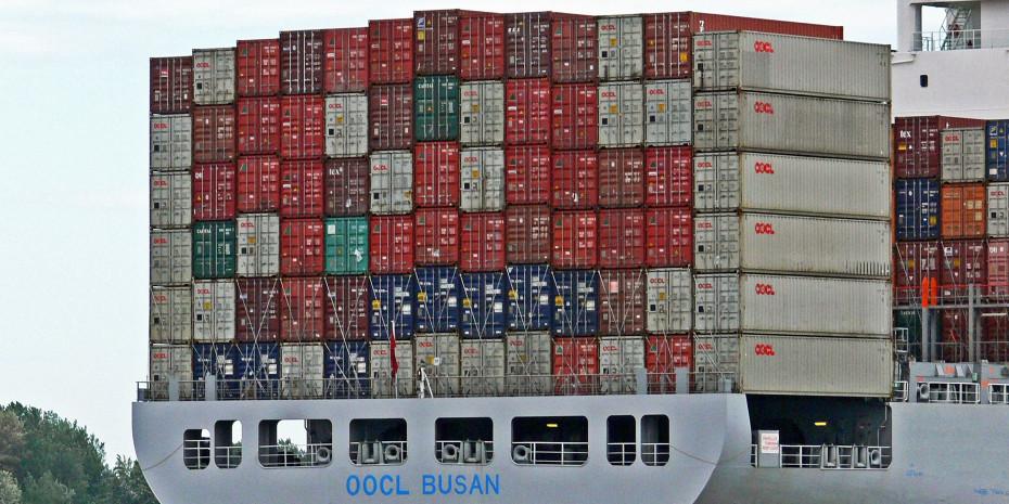 Knappe Güter: Container und Schiffe, die Waren aus China nach Europa transportieren.
